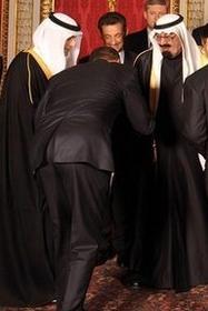 B. Hussein Obamas hüfttiefer Diener vor dem saudischen Despoten, der Christen ermorden lässt und sein Land mit der eisernen Faust des Islam regiert