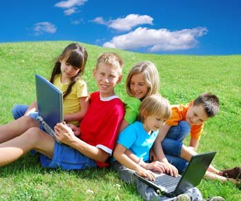kids_laptop_outdoor